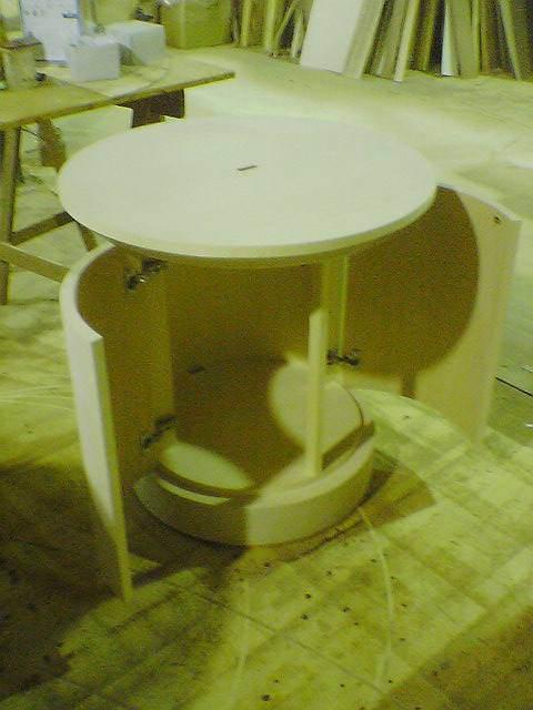 楕円形と円形のストック付きテーブル